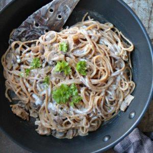 vegansk pastaret med svampe og fløde