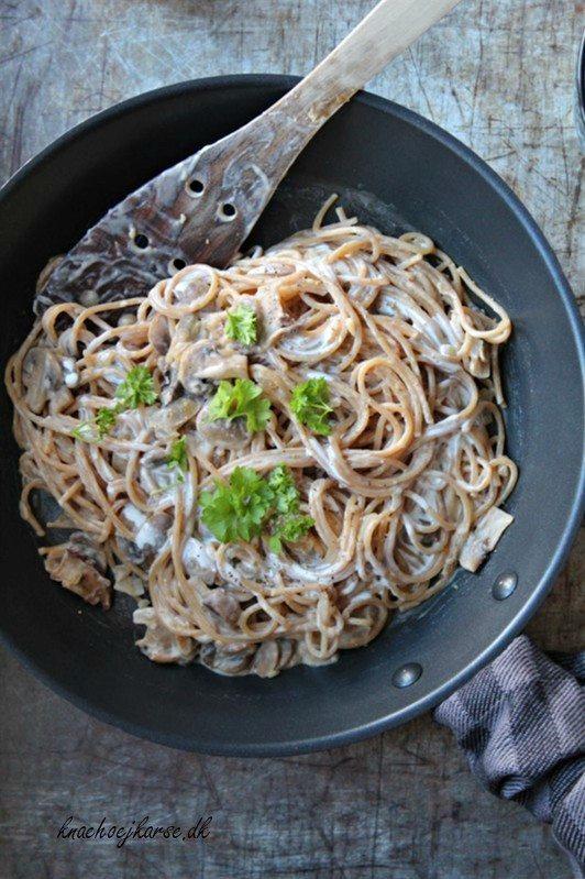 Vegansk pasta i cremet svampesovs