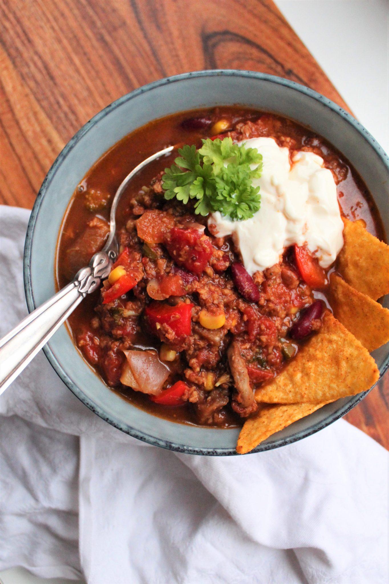 Vegansk chili sin carne med Naturli' hakket og masser af grønt