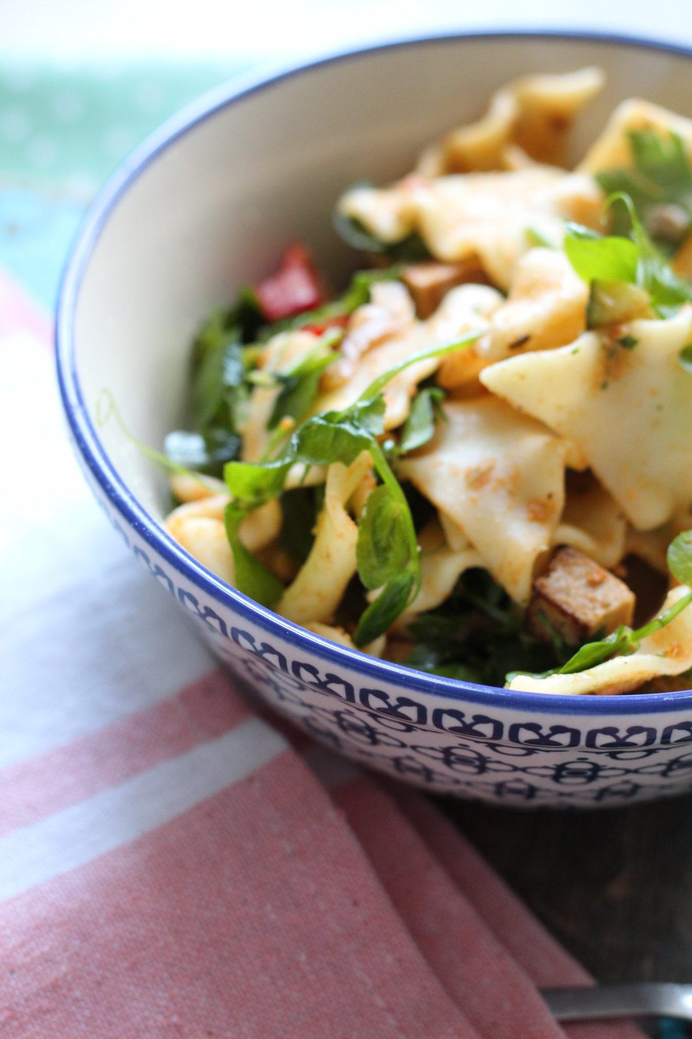 Vegansk pastasalat med røget tofu og ærteskud