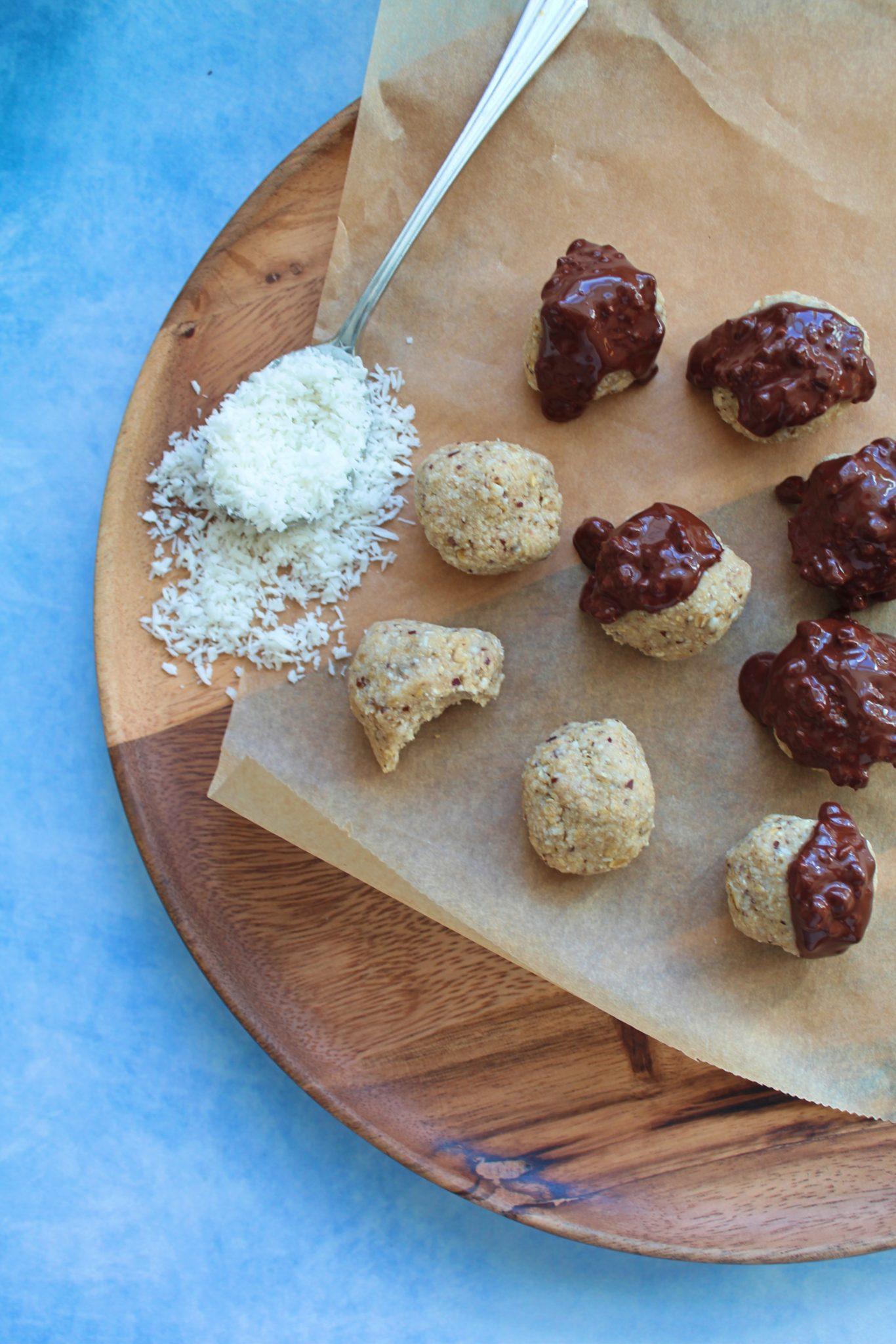 Veganske kokoskugler med dadler og havregryn