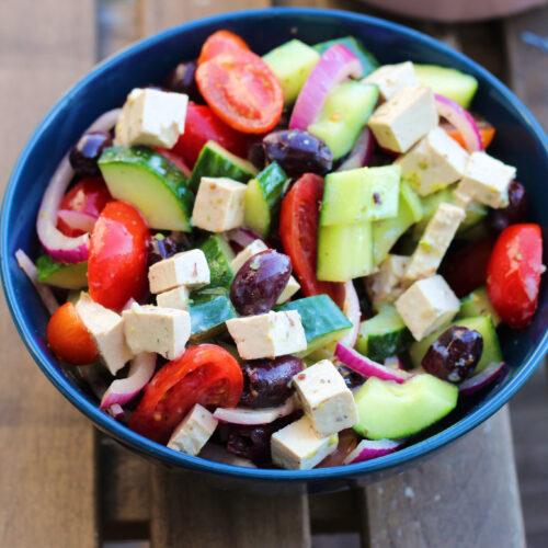 Græsk salat med vegansk feta og nem, lækker dressing