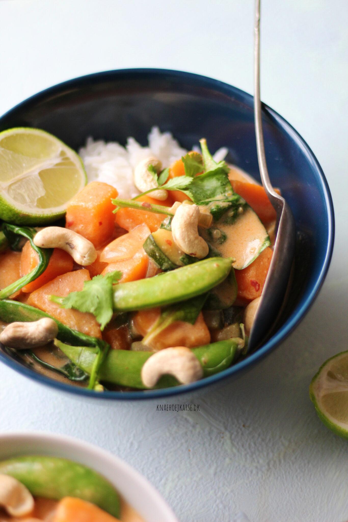 Rød thai curry med græskar og friske grøntsager