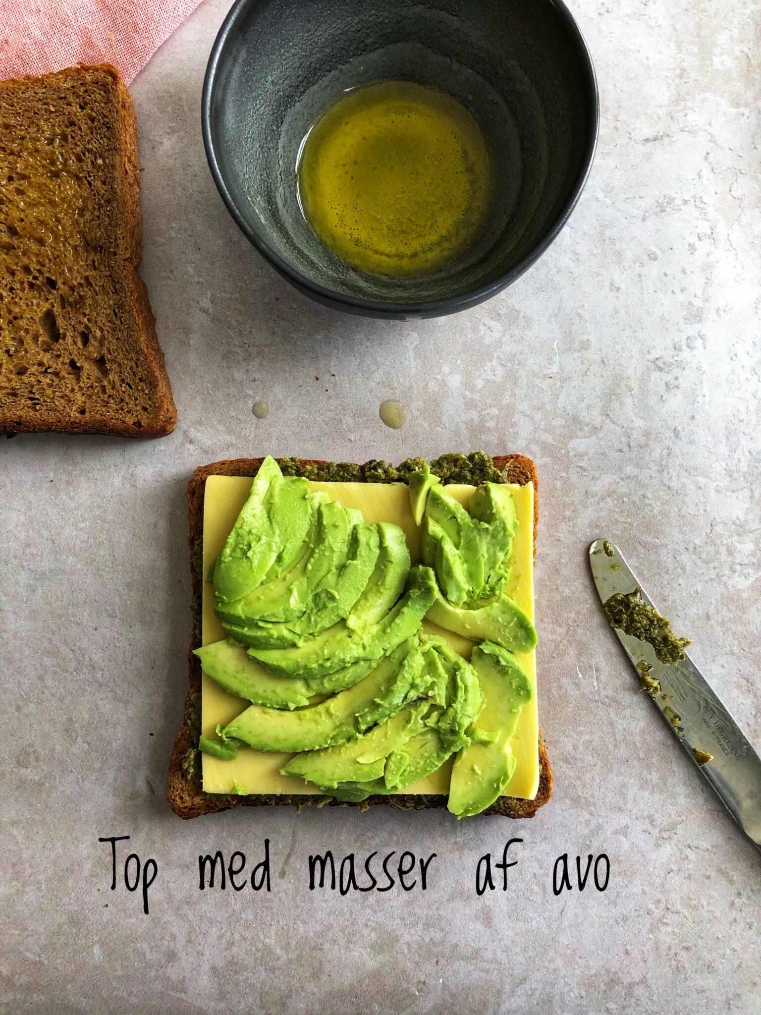vegansk toast med avokado og grøn pesto
