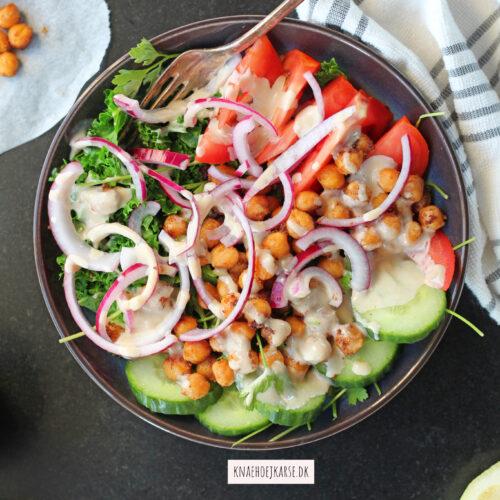 Kikærtesalat med den bedste tahindressing og lynsyltede rødløg