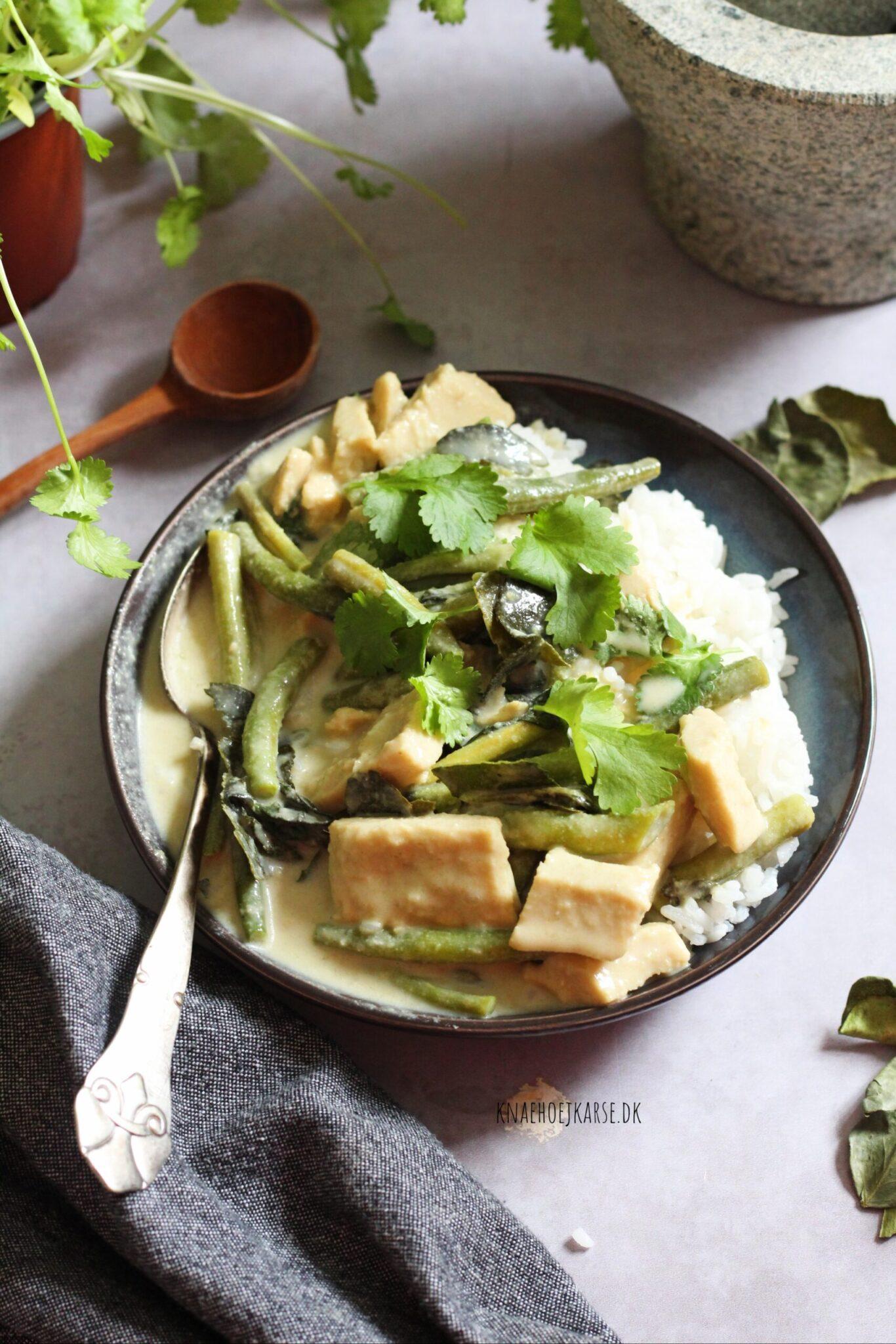 vegansk thaicurry med bønner og grøn karrypasta
